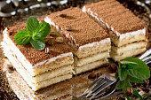 手作りのイタリア料理とデザートを使ったティラミスとコーヒー豆にミント