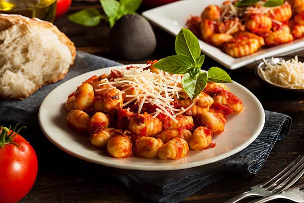 nhoque caseiro italiano com molho vermelho - comida italiana - fotografias e filmes do acervo