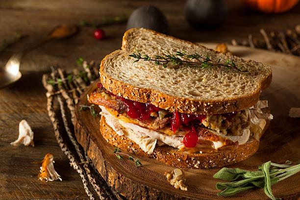caseras sándwich sobrante del día de acción de gracias - thanksgiving leftovers fotografías e imágenes de stock