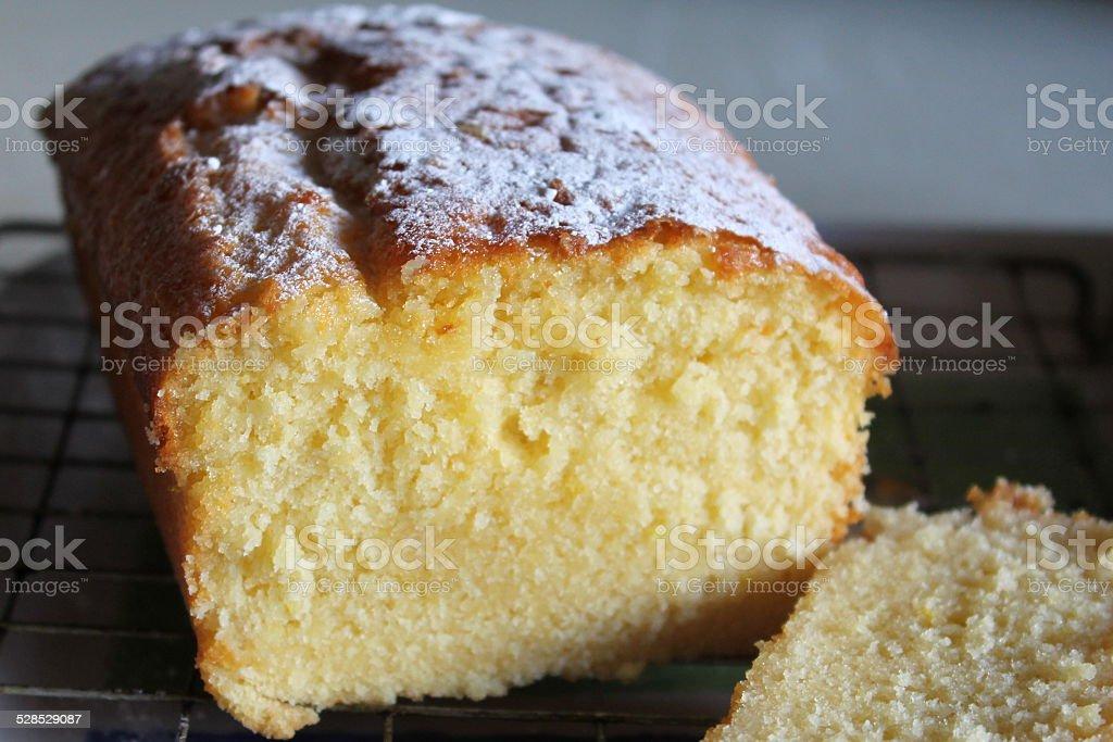 Bolo de limão e um toque de pão caseiro de resfriamento no suporte - foto de acervo