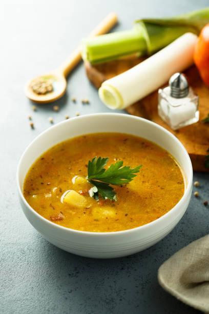 hausgemachte linsensuppe - linseneintopf mit speck stock-fotos und bilder