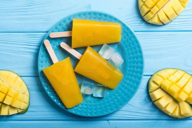 hausgemachte mango eis am stiel - mango eis am stiel stock-fotos und bilder