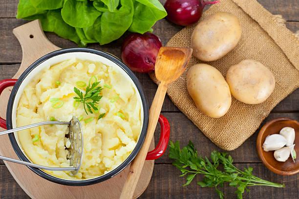 homemade  mashed potato - knoblauchkartoffeln stock-fotos und bilder