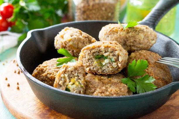 메와 먹거리 달걀과 고기 하 완 수 제 자 식탁에 야채, 신선한 허브와 맛 있는 튀김된 cutlets 주철 프라이팬 팬. 스톡 사진