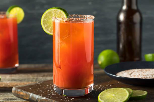 bira ve domates suyu ile ev yapımı michelada - meyve ve sebze suyu soğuk i̇çecek stok fotoğraflar ve resimler