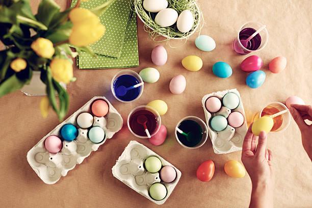 homemade modern dyeing easter eggs - kunststoff behälter bemalen streichen stock-fotos und bilder