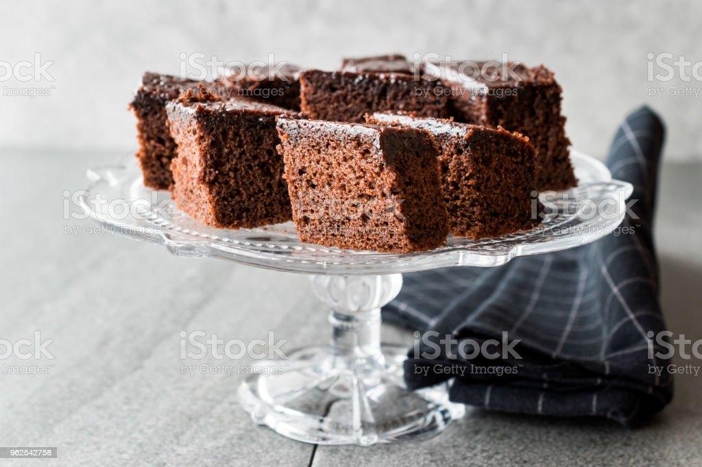 Pedaços de Brownie caseiro Chocolate bolo húmido em vidro Vintage sobremesa ficar. - Foto de stock de Antiguidade royalty-free