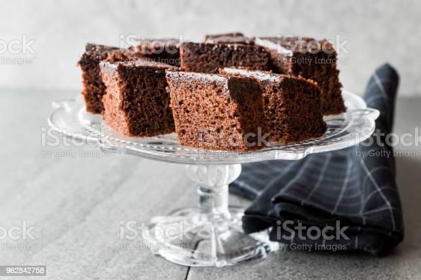 Foto de Pedaços De Brownie Caseiro Chocolate Bolo Húmido Em Vidro Vintage Sobremesa Ficar e mais fotos de stock de Antiguidade