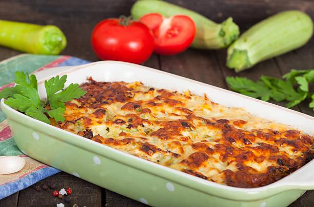 hausgemachte moussaka - käse zucchini backen stock-fotos und bilder