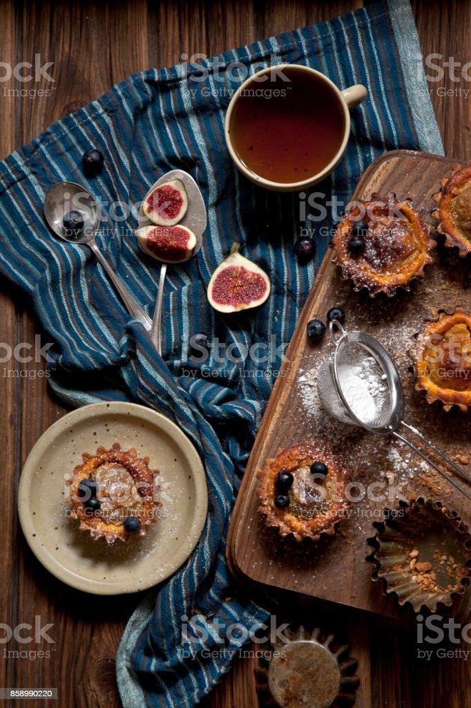 Bolos caseiros cozidos de maçãs e abóboras em fundo de madeira rústica. - foto de acervo