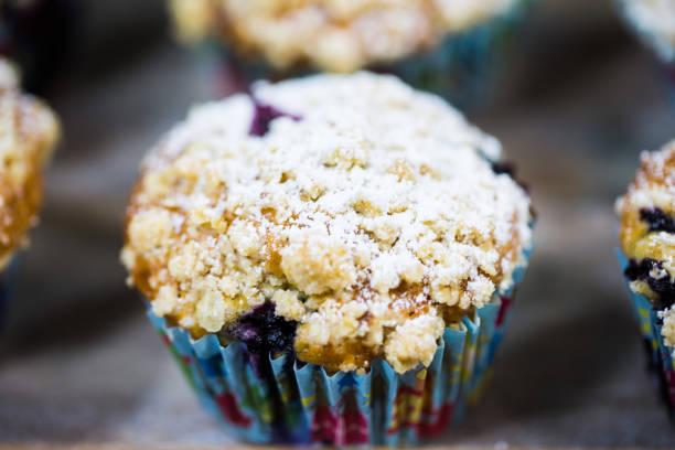 hausgemachte muffins mit blaubeeren, kuchen, amerikanisch, bröckeln - crumble deutsch stock-fotos und bilder