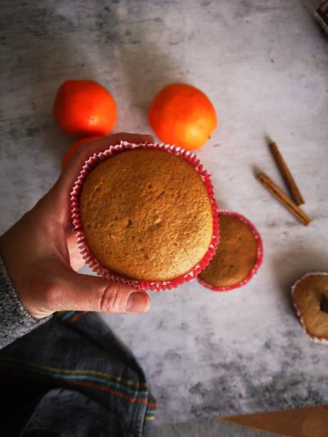 eigene muffins mit orangen-und zimtdekoration - kochen mit oliver stock-fotos und bilder