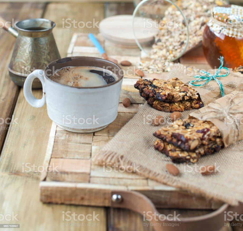 Zelfgemaakte havermout rozijnen cookies met koffie op houten achtergrond. Kopieer ruimte. - Royalty-free Alcohol Stockfoto