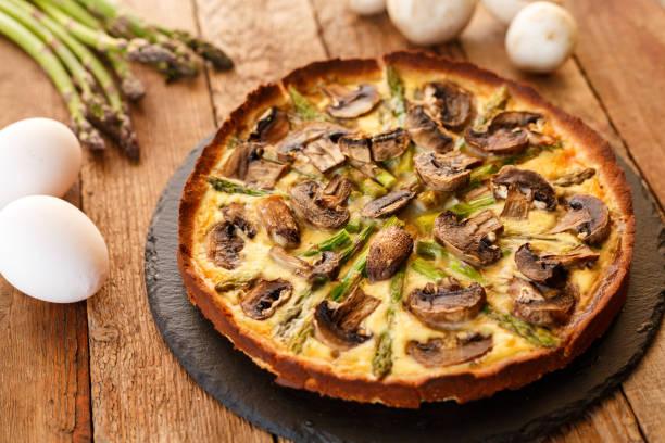 omelette maison aux asperges et champignons - quiche photos et images de collection