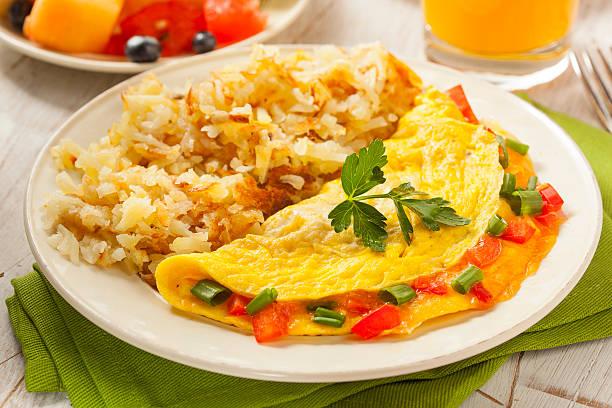 hausgemachte bio-vegetarische käse-omelette - kräuterfaltenbrot stock-fotos und bilder