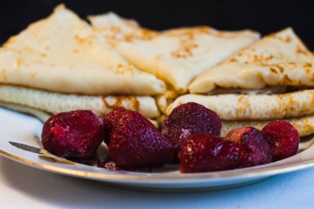 hemgjord pannkakor med jordgubbar - cooking sho bildbanksfoton och bilder