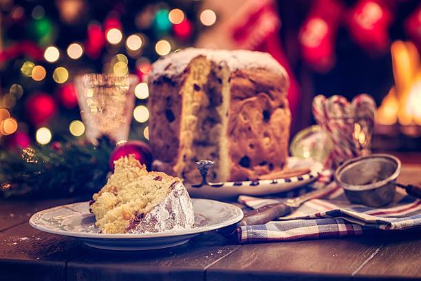 hausgemachtem weihnachtskuchen panettone mit puderzucker - italienischer weihnachten stock-fotos und bilder