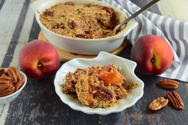 hausgemachte pfirsich pecan-crumble - crumble deutsch stock-fotos und bilder