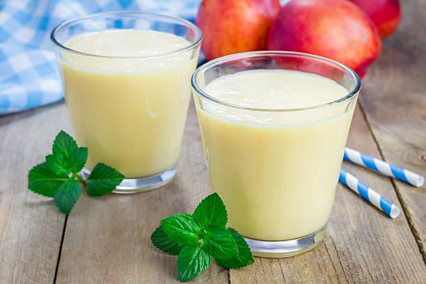 hausgemachte pfirsich, joghurt und honig-smoothie - pfirsich milchshake stock-fotos und bilder