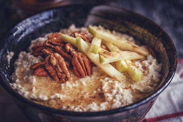 hausgemachte pecan porridge mit birnen - zimt pekannüsse stock-fotos und bilder