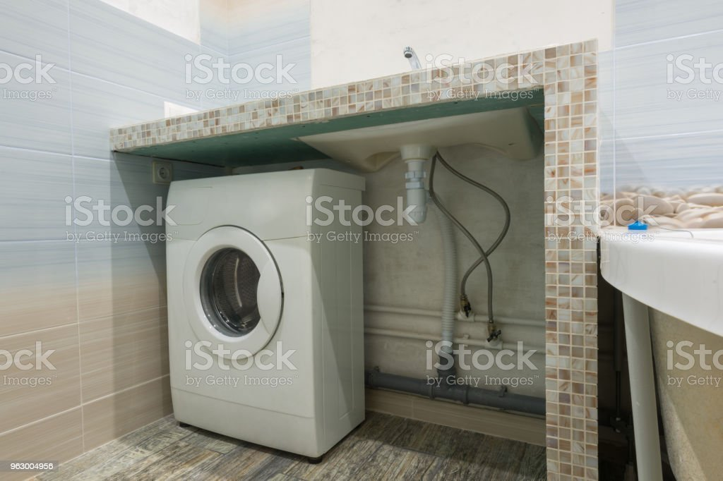 Lavadora Con Lavabo.Pedestal Casero En El Lavabo En El Bano Espacio Para
