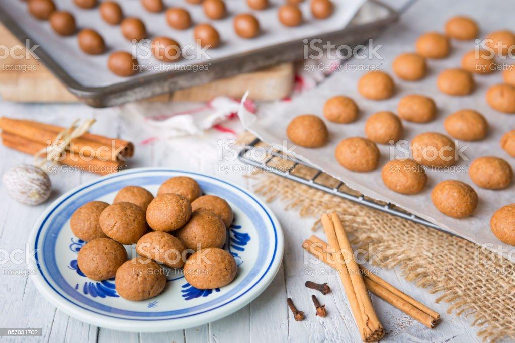 Zelfgemaakte pepernoten of kruidnoten voor Nederlandse vakantie Sinterklaas - Royalty-free Bakken Stockfoto