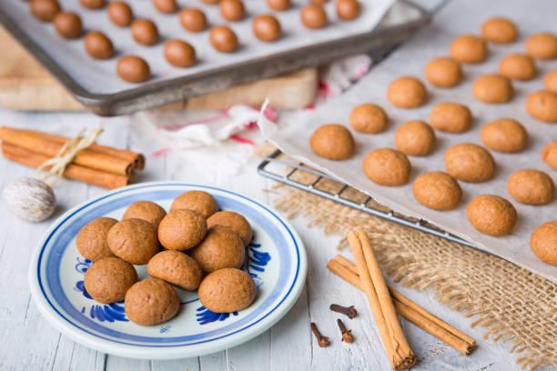 zelfgemaakte pepernoten of kruidnoten voor nederlandse vakantie sinterklaas - kruidnoten stockfoto's en -beelden