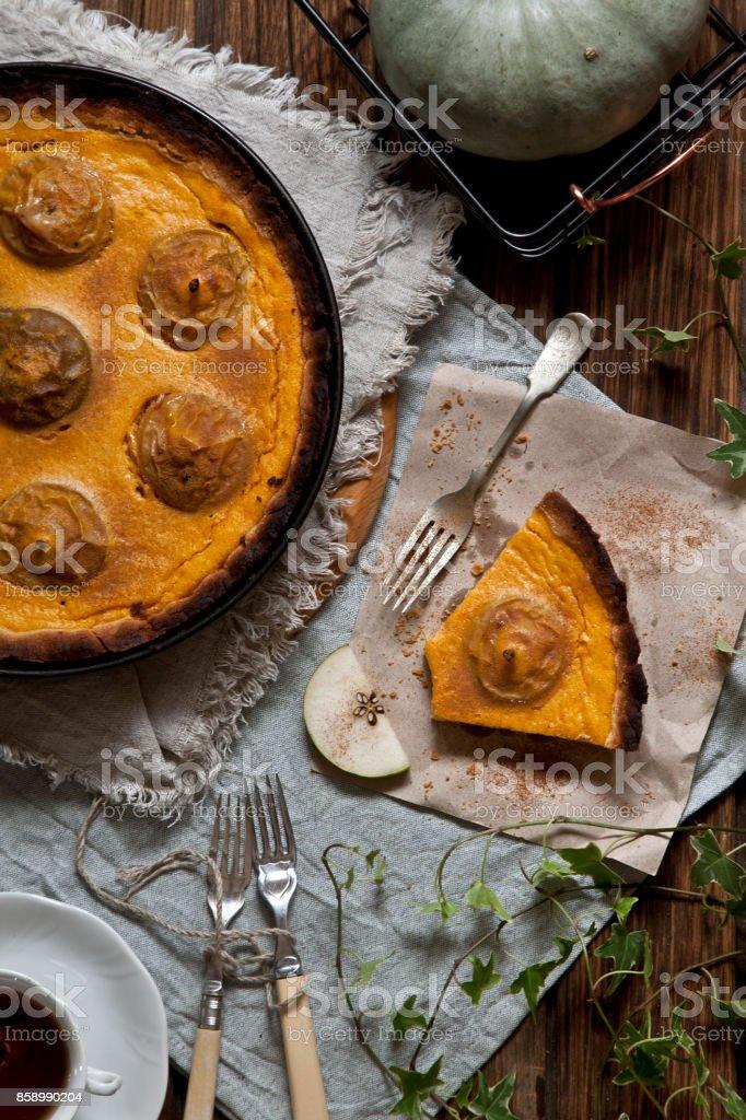 Torta caseira de cozido de maçãs e abóbora em fundo de madeira rústica. - foto de acervo