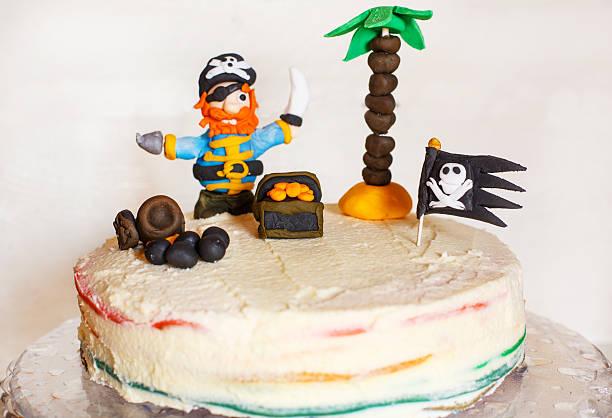 hausgemachte pirate regenbogen geburtstag kuchen für kinder - piratenparty snacks stock-fotos und bilder