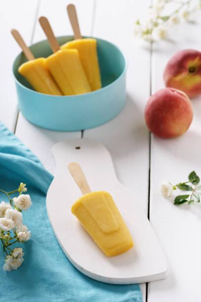 homemade popsicles made with peaches. - mango eis am stiel stock-fotos und bilder