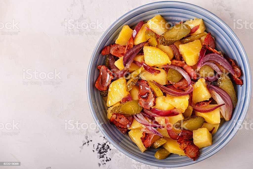 Homemade potato salad with bacon and pickles. – Foto