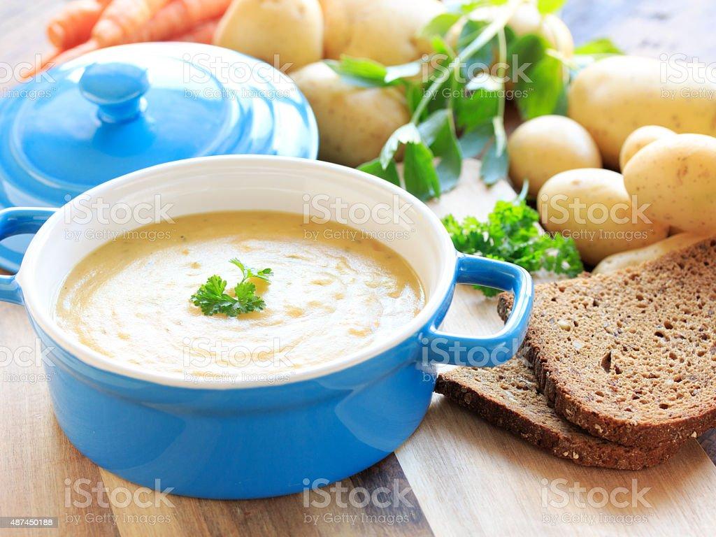 hausgemachte Kartoffelsuppe mit petersilie stock photo