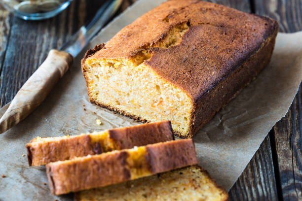 Bolo caseiro cozido em uma panela pão - foto de acervo
