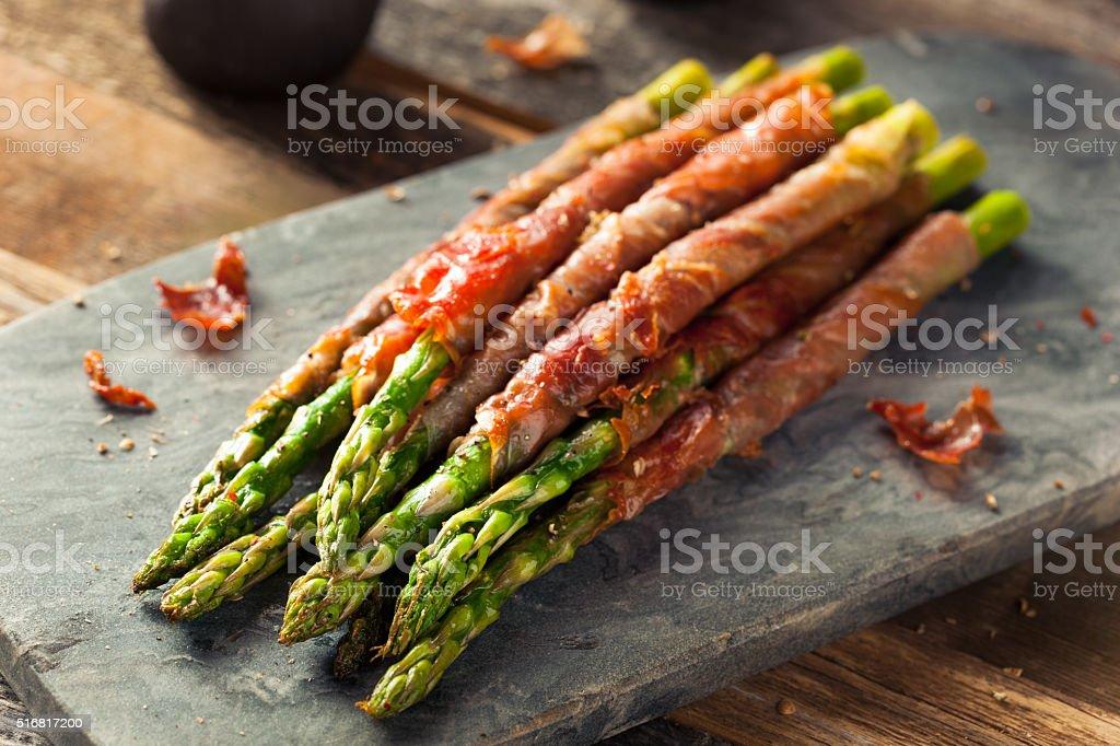 Prosciutto crudo avvolto asparagi fatti in casa - foto stock