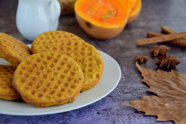 hausgemachte kürbis pfannkuchen waffeln - zimt waffeln stock-fotos und bilder
