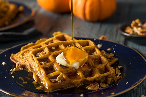 homemade pumpkin spice waffles - zimt waffeln stock-fotos und bilder