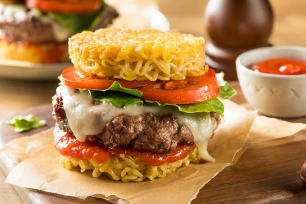 zelfgemaakte ramen kaas hamburger - ramen noedels stockfoto's en -beelden