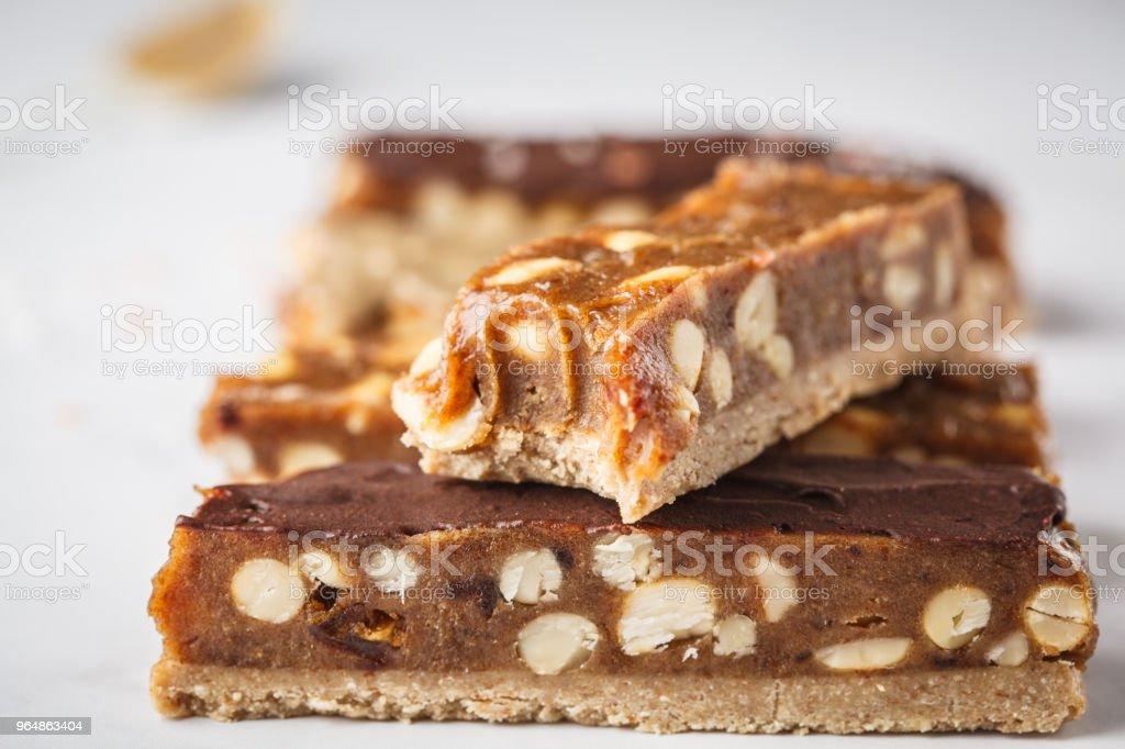 Dulces caseros crudivegana chocolate snickers bares. Estilo de vida saludable y el concepto de comida crudivegana. - foto de stock