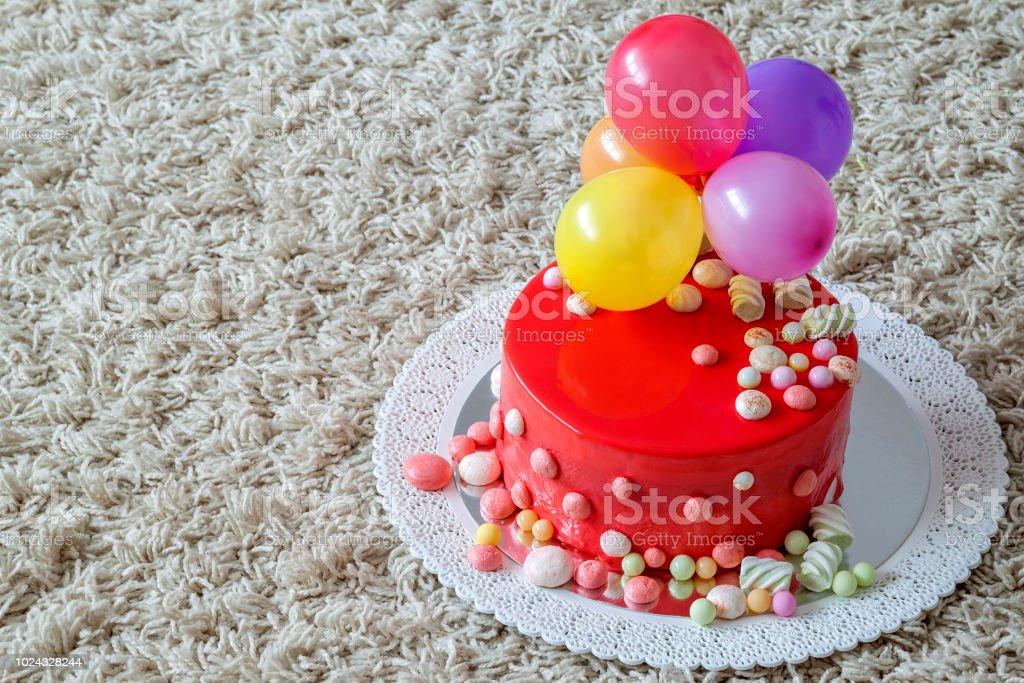 Awe Inspiring Huisgemaakte Rode Verjaardagstaart Met Lucht Baloons Stockfoto En Personalised Birthday Cards Sponlily Jamesorg