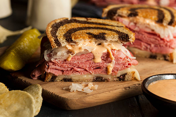 hausgemachte reuben-sandwich - roast beef sandwich stock-fotos und bilder