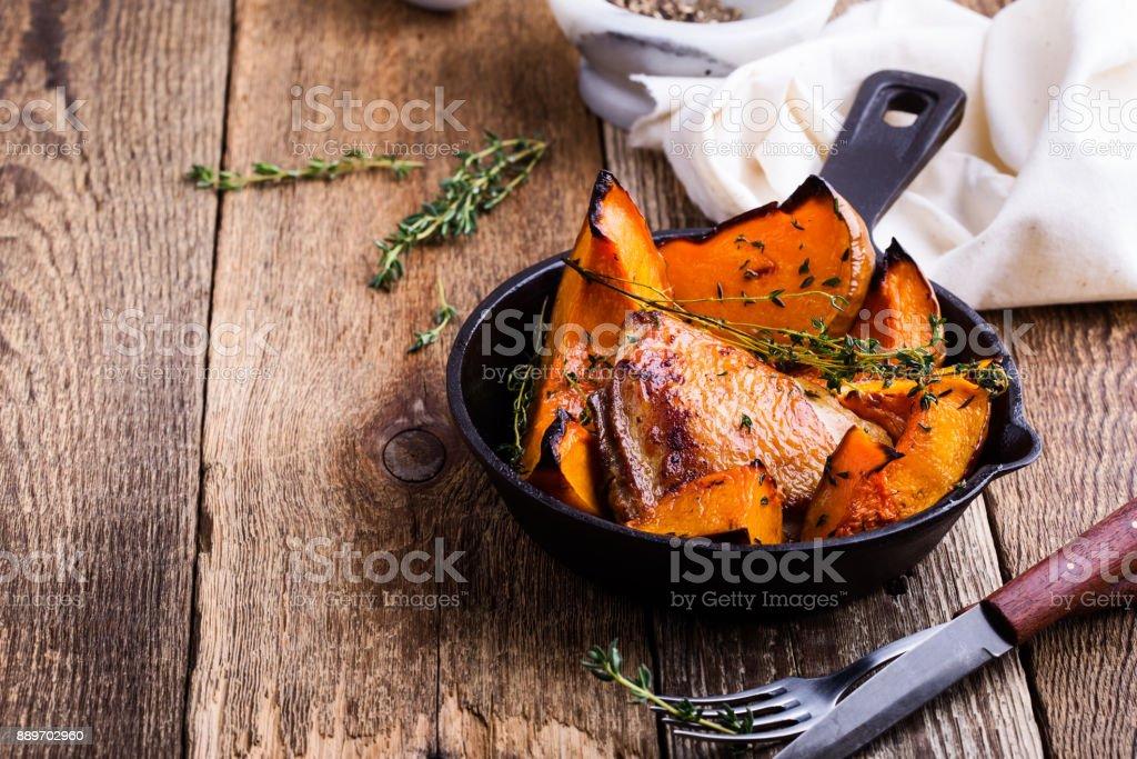 Coxas de frango assado caseiro com abóbora - foto de acervo