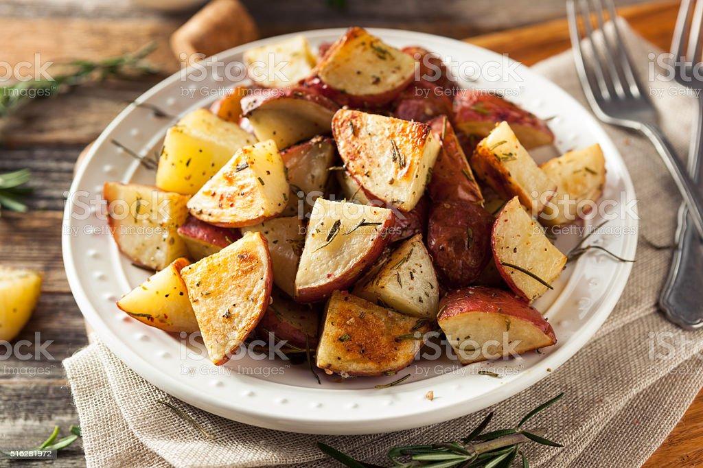 Caseiros de batatas vermelhas assadas com ervas - foto de acervo
