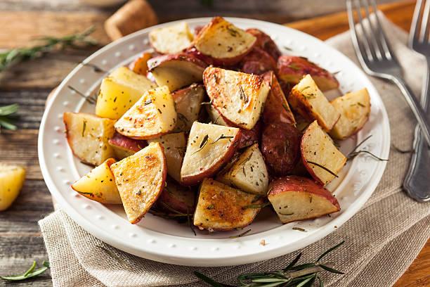 hausgemachte gebratene kraut rote kartoffeln - knoblauchkartoffeln stock-fotos und bilder