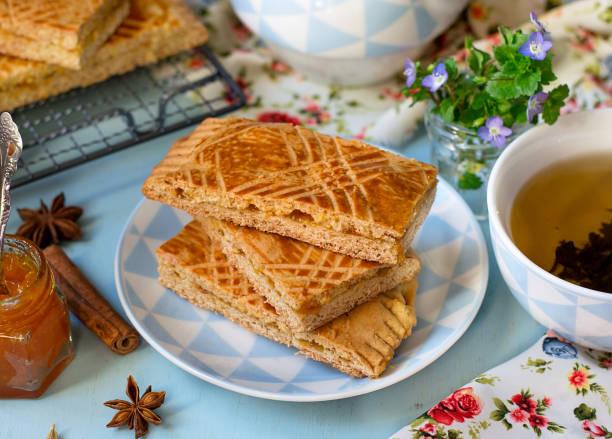 hausgemachte russische honig lebkuchen tula pryanik mit marillenmarmelade gefüllt - ingwermarmelade stock-fotos und bilder
