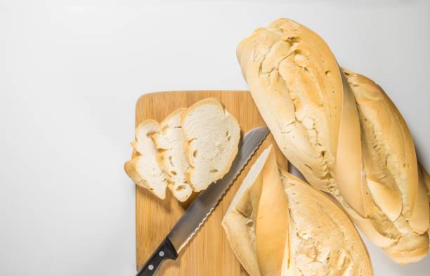 Pan rústico hecho en casa, hecho de masa fermentada en un horno de leña sobre un fondo blanco así que usted puede poner su insignia - foto de stock