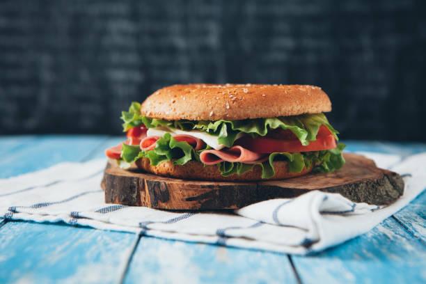 hausgemachtes sandwich - käse wurst salat stock-fotos und bilder