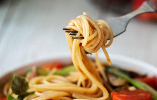 salchicha casera y espaguetis de tomate - pasta fotografías e imágenes de stock