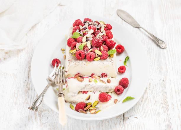 homemade semifreddo with pistachio, raspberries and mint leaves - himbeer mascarpone dessert stock-fotos und bilder