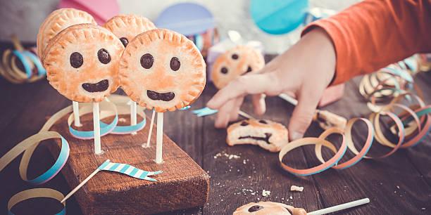 homemade shortbread cookies on stick called pie pops - lutscher cookies stock-fotos und bilder