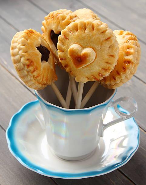 hausgemachte-mürbteigplätzchen akzente mit schokolade in cup - lutscher cookies stock-fotos und bilder